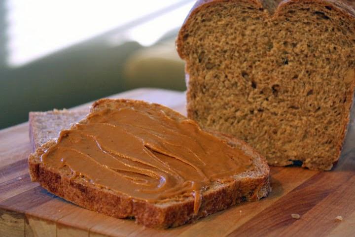 زبدة الفول السوداني بالخبز وجبة طبيعية لزيادة الوزن