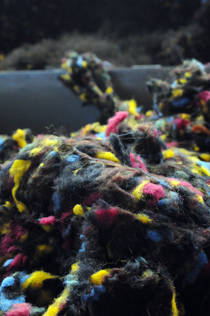 Wełna Harris Tweed powstaje z wielu kolorowych włókien