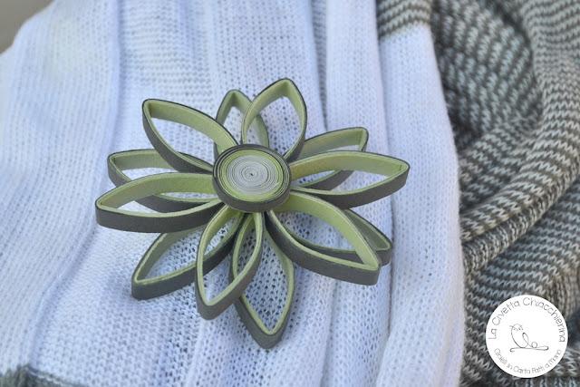Spilla di carta realizzata a mano modern quilling: fiore 04