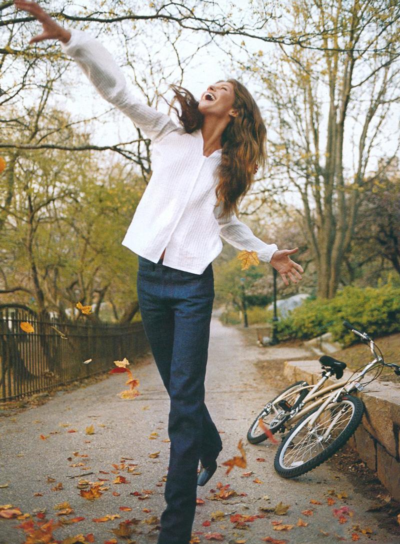 Gisele Bundchen in Vogue US July 1999 (photography: Steven Meisel, styling: Grace Coddington) / white shirt in fashion editorials / short history of white shirt / wardrobe essentials / via fashioned by love british fashion blog