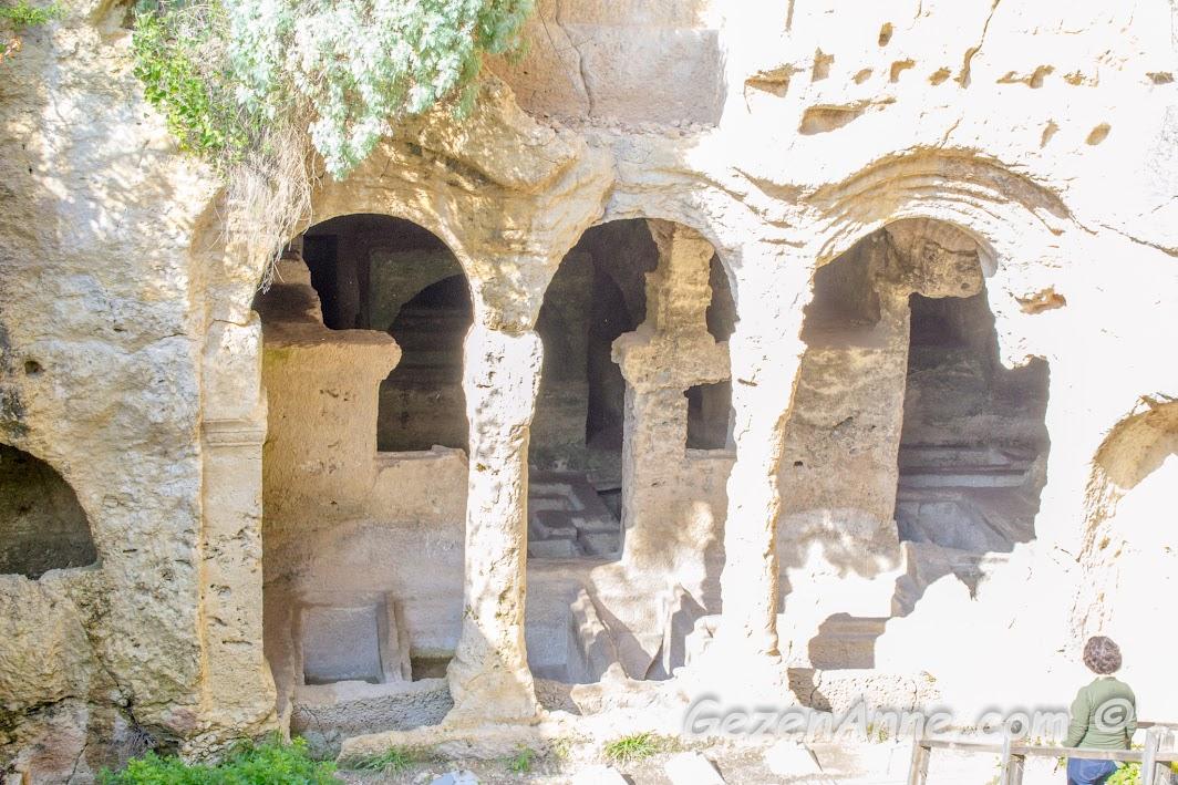 Titüs tüneli yanındaki kaya mezarlarında dolaşırken, Samandağ Hatay