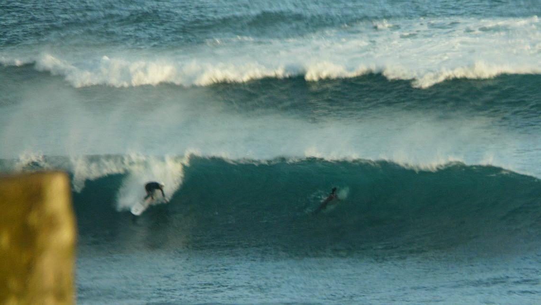surfistas cogiendo una ola sopela