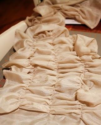 Al finalizar, toma la aguja de coser, levanta la costura de hilo ...