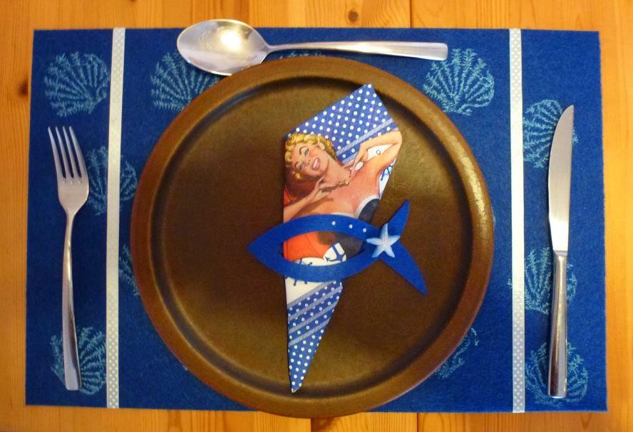 Tischgedeck mit Tischset, Besteck und Serviettenring