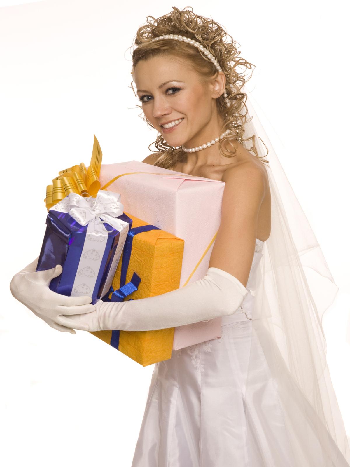 Кто кому дарить на свадьбе подарки 844