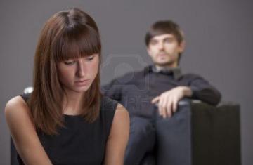 كلمات تقولها المرأة تعبر عن غضبها وحزنها...لا يعرفها الرجل  - امرأة حزينة - couple-problem-sad-woman-sitting-in-foreground-man-in-background