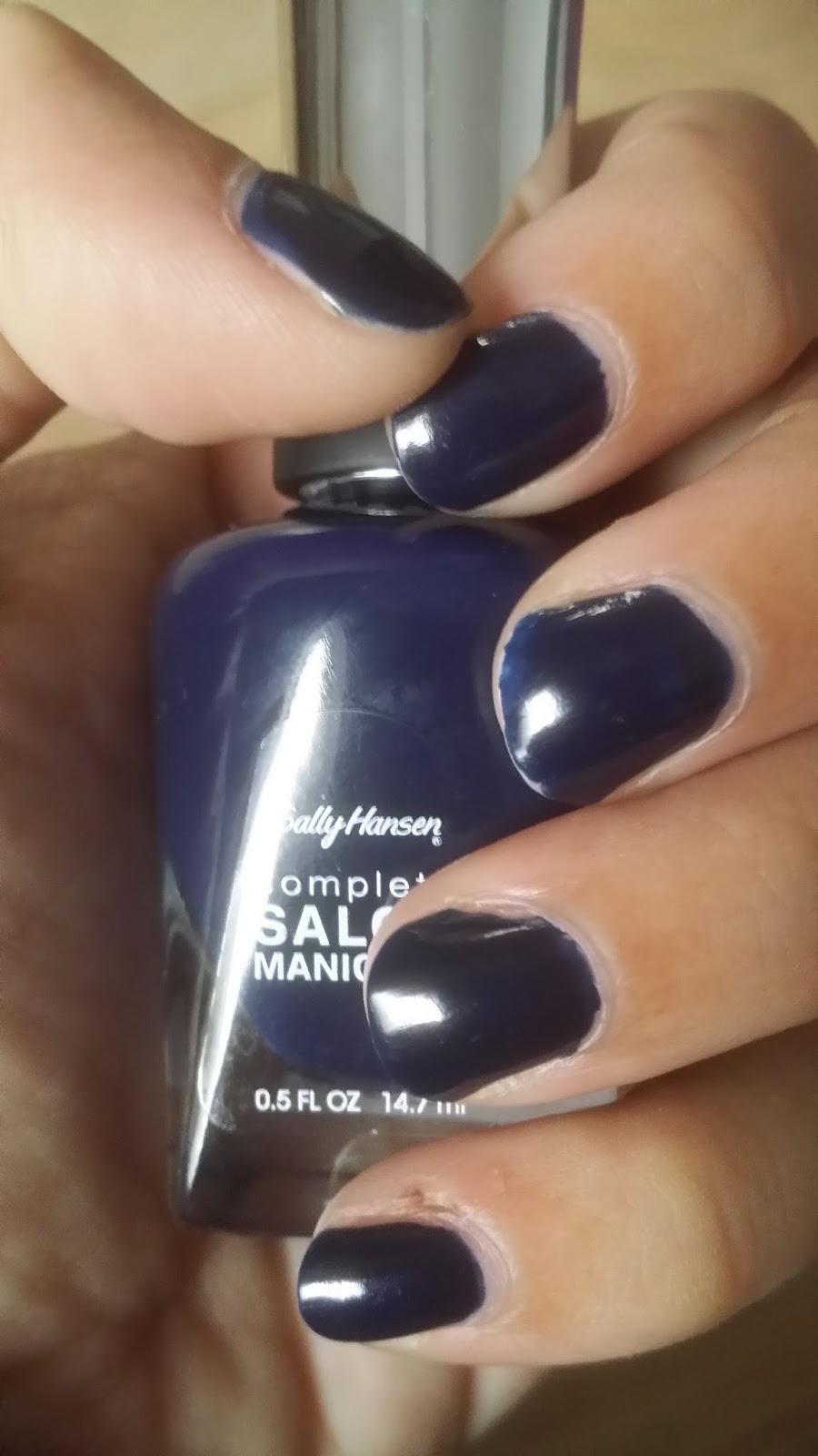 Nagellack dunkelblau; Swatch; Tragebild