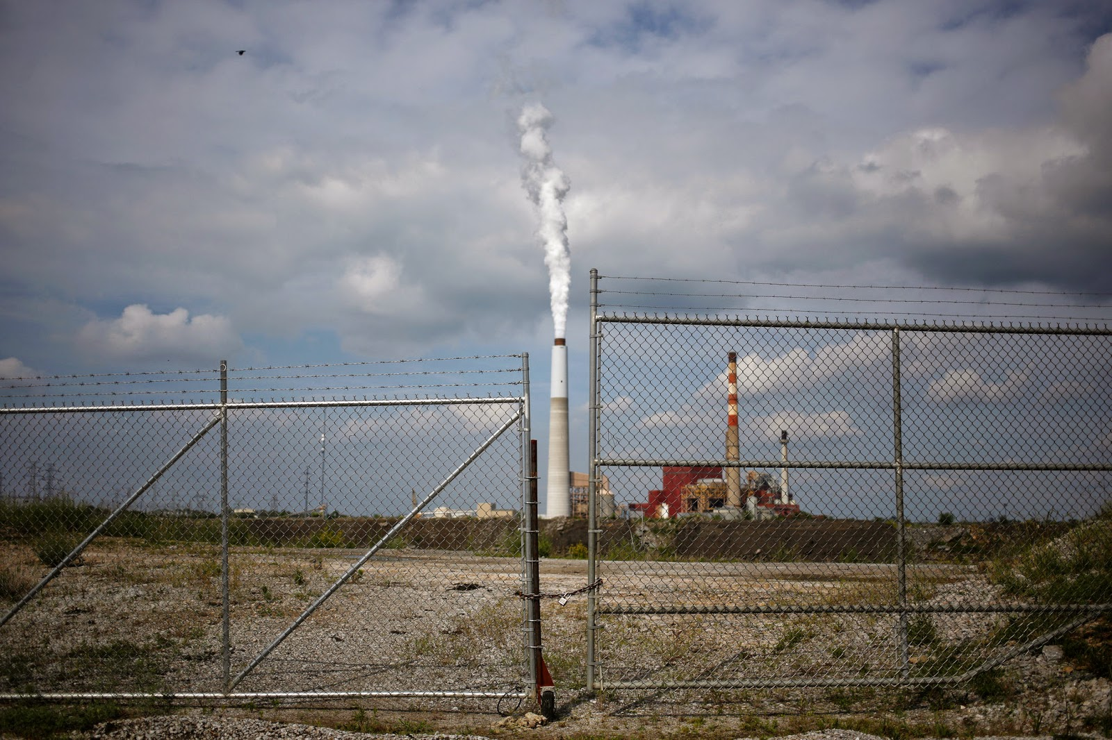 A coal-fired power plant in Kentucky. Coal-heavy states could be economic losers in any climate-change protocol that targets such plants, which are among the largest greenhouse gas emitters. (Credit: Luke Sharrett / The New York Times) Click to enlarge.