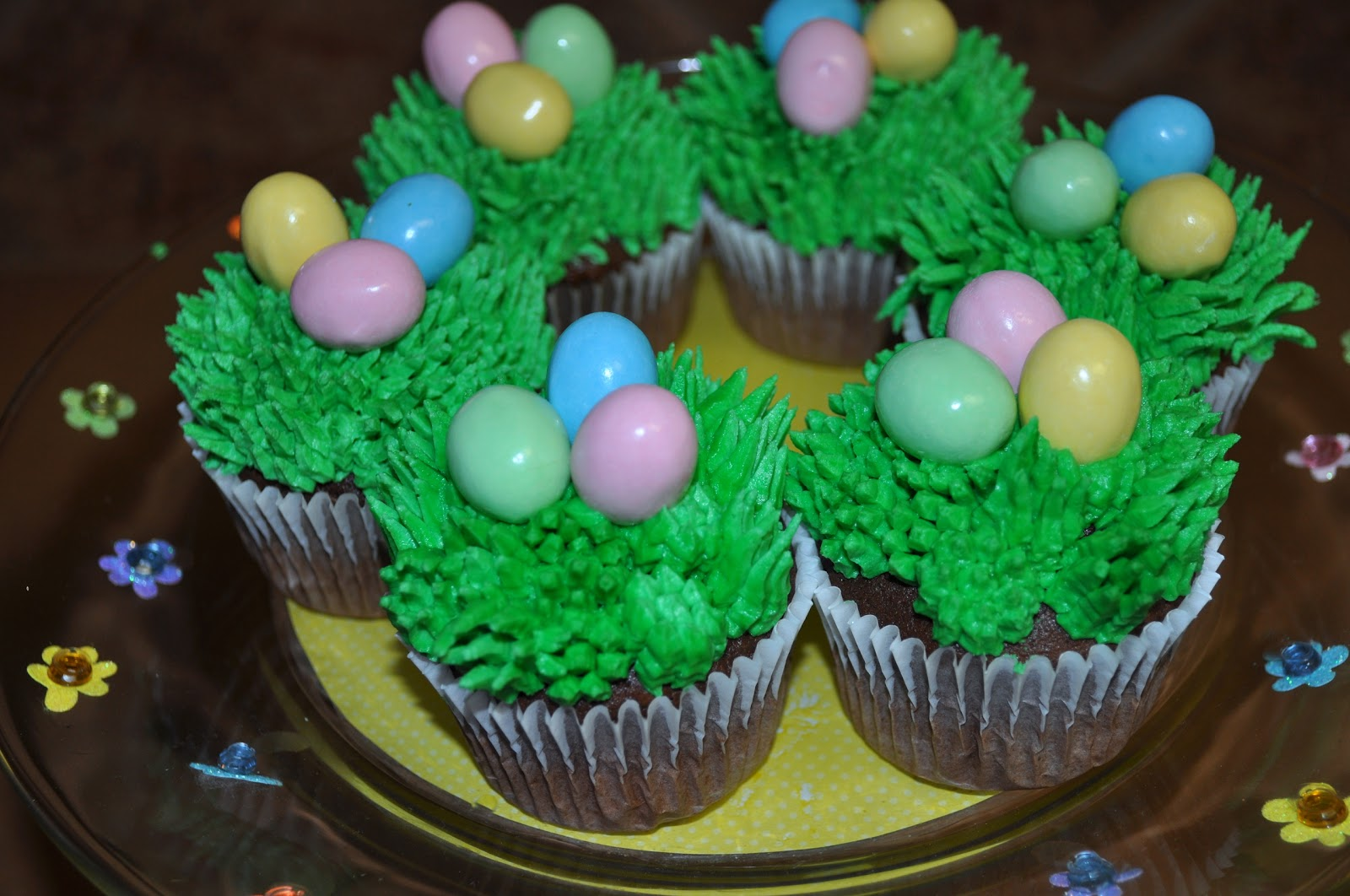 Easter on pinterest easter baskets easter cupcakes and for Cute cupcake decorating ideas for easter