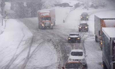Φονική χιονοθύελλα στις ΗΠΑ:  οδηγοί εγκλωβίστηκαν για ώρες στα αυτοκίνητά τους και χιλιάδες πτήσεις ακυρώθηκαν