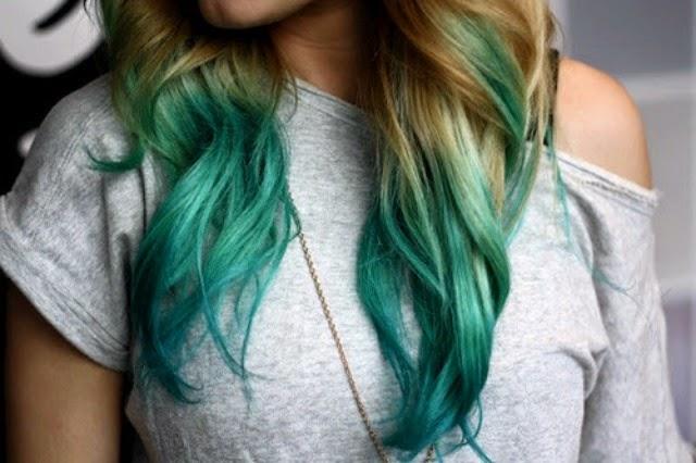 Menina de cabelos azuis