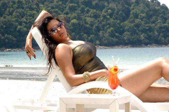 hot-namitha-maya-tamil-movie-actrss-sexy-pics-on-beach-in-bikni
