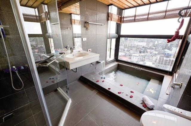 Baños Minimalistas Con Jacuzzi: permite una bañera hidromasajes o jacuzzi es un elemento importante