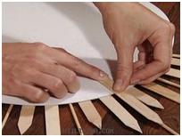 Pega las piezas sobre el marco de cartón