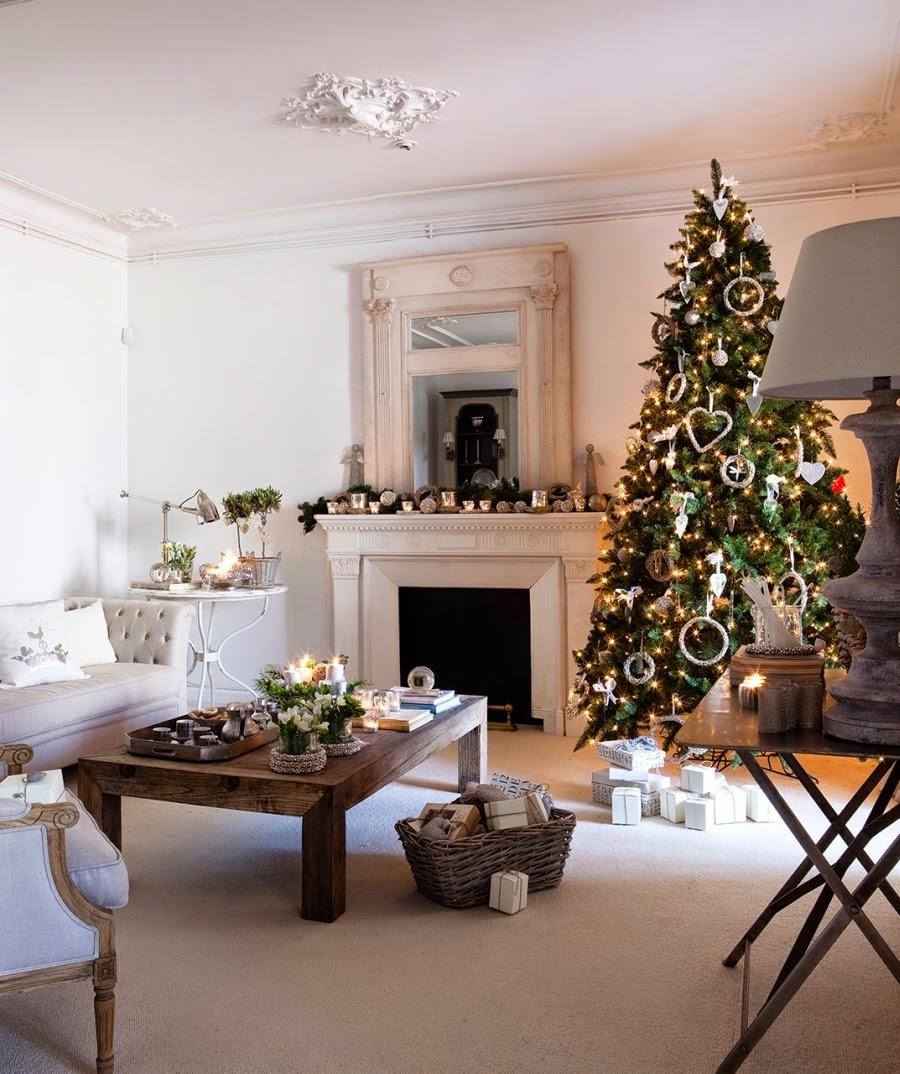 wystrój wnętrz, wnętrza, home decor, Boże Narodzenie, ozdoby na święta, śiąteczne dekoracje, choinka, styl francuski, białe wnętrza, szare wnętrza, kolor srebrny, salon, jadalnia