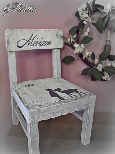 krzesło ozdobione decoupage w stylu shabby chic