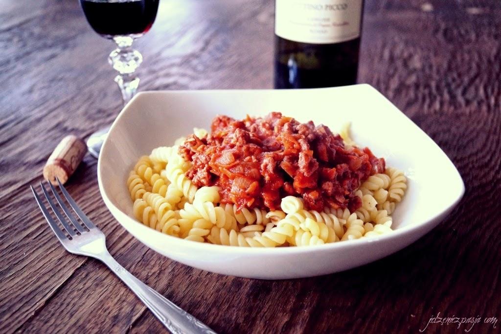 Makaron z sosem z indyka na czerwonym winie