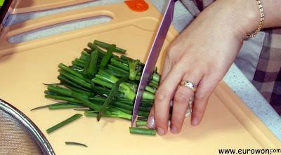 Cortando cebolletas para preparar bulgogi