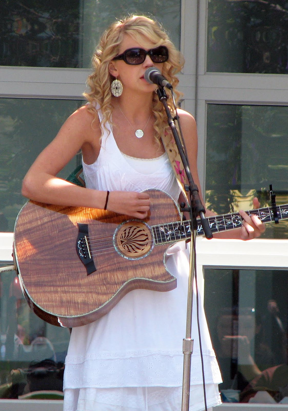 http://4.bp.blogspot.com/-XaA6fO0ZWxo/TdKAhoVIyPI/AAAAAAAAAIE/M_ETPX-5Hek/s1600/Taylor+Swift+-on+stage+performance+view.jpg