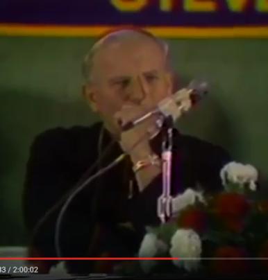 El Anticristo fue un homicida vea su mano-revolver