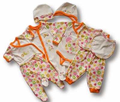 Комплект для девочки: слип, два боди, ползунки, штанишки, чепчик, шапочка и два слюнявчика на завязках