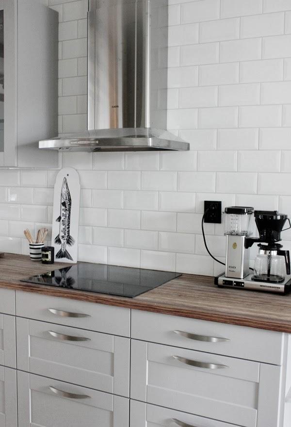 renoverat kök, vitt kakel, industriellt kök, industrikök, rostfritt i köket, hth kök, gråa luckor, moccamaster, inredning vitt och grått i köket,