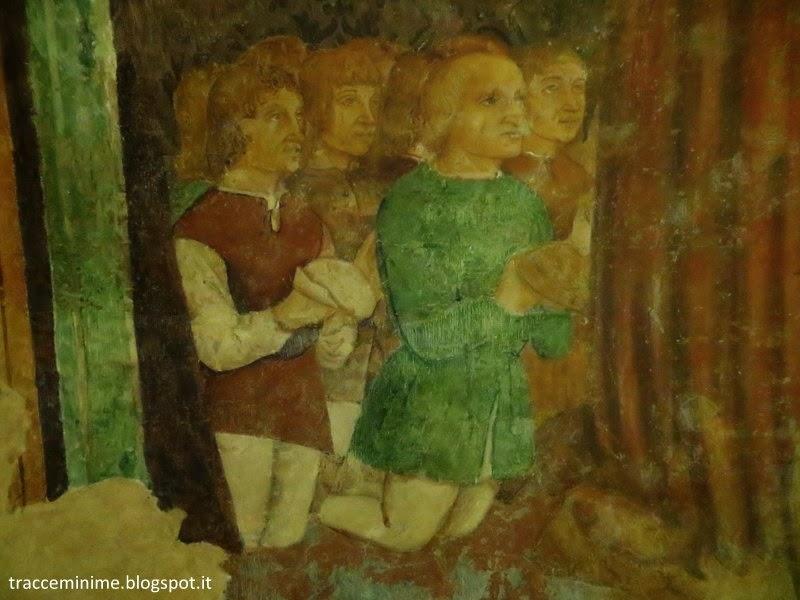 Fedeli in preghiera sotto il manto della Madonna