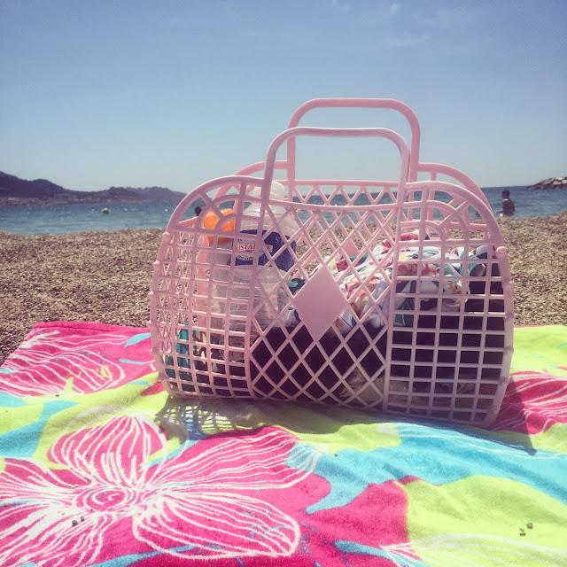 Sunjellies bag by the sea