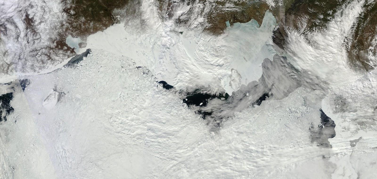 Topniejąca pokrywa lodowa wzdłuż wybrzeży Rosji