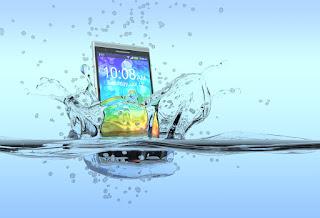 ماذا يجب أن تفعل بعد سقوط هاتفك في الماء ؟ نصائح هامة