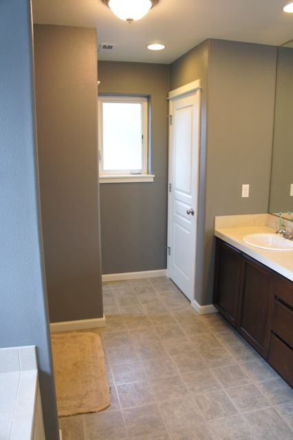 Pretty dubs wainscot in the bathroom for Sherwin williams virtual painter