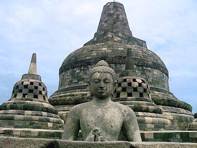 Arca Buddha dan stupa Borobudur