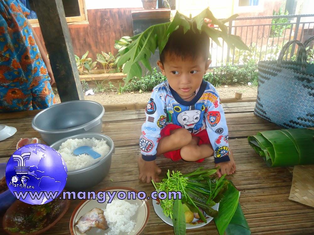Mumuluk alias Sarapan bersama keluarga dengan lalapan Oplosan daun Jambu mete dan daun / bunga pepaya