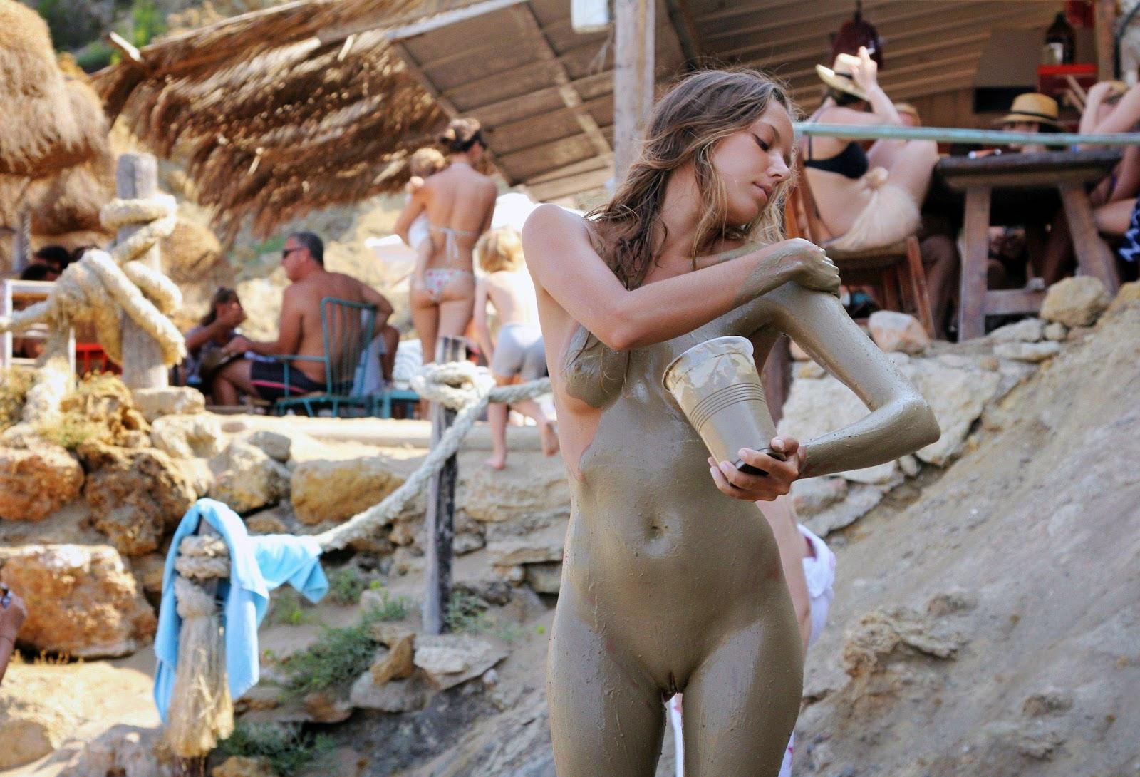 Голые женщины в грязи