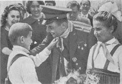 Пионеры Болгарии повязывают галстук Юрию Гагарину