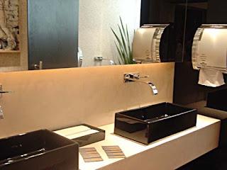 Banheiro com detalhes em preto