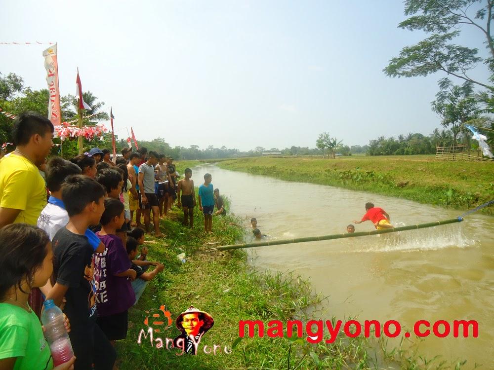 Seorang peserta tergelincir dan akhirnya tercebur ke sungai