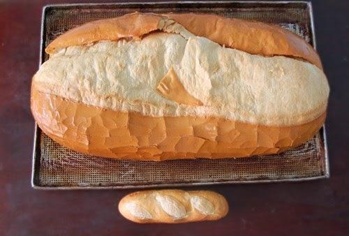 Bánh mì khổng lồ giá 70k làm giới trẻ Sài Thành thích thú.