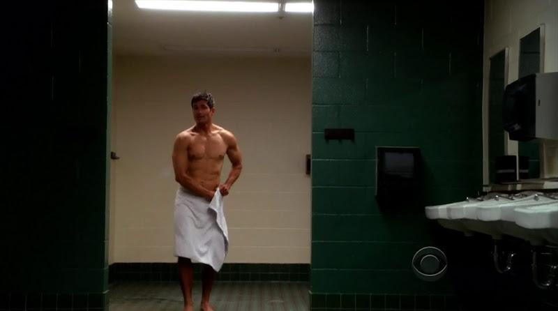 Joe Toro Shirtless in Hawaii Five-0 s2e05