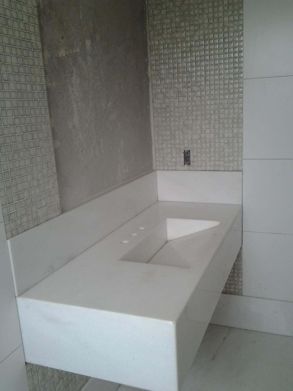 bancada é em mármore branco clássico com dois bojos esculpidos na  #566B75 1200x1600 Bancada Banheiro Marmore Branco