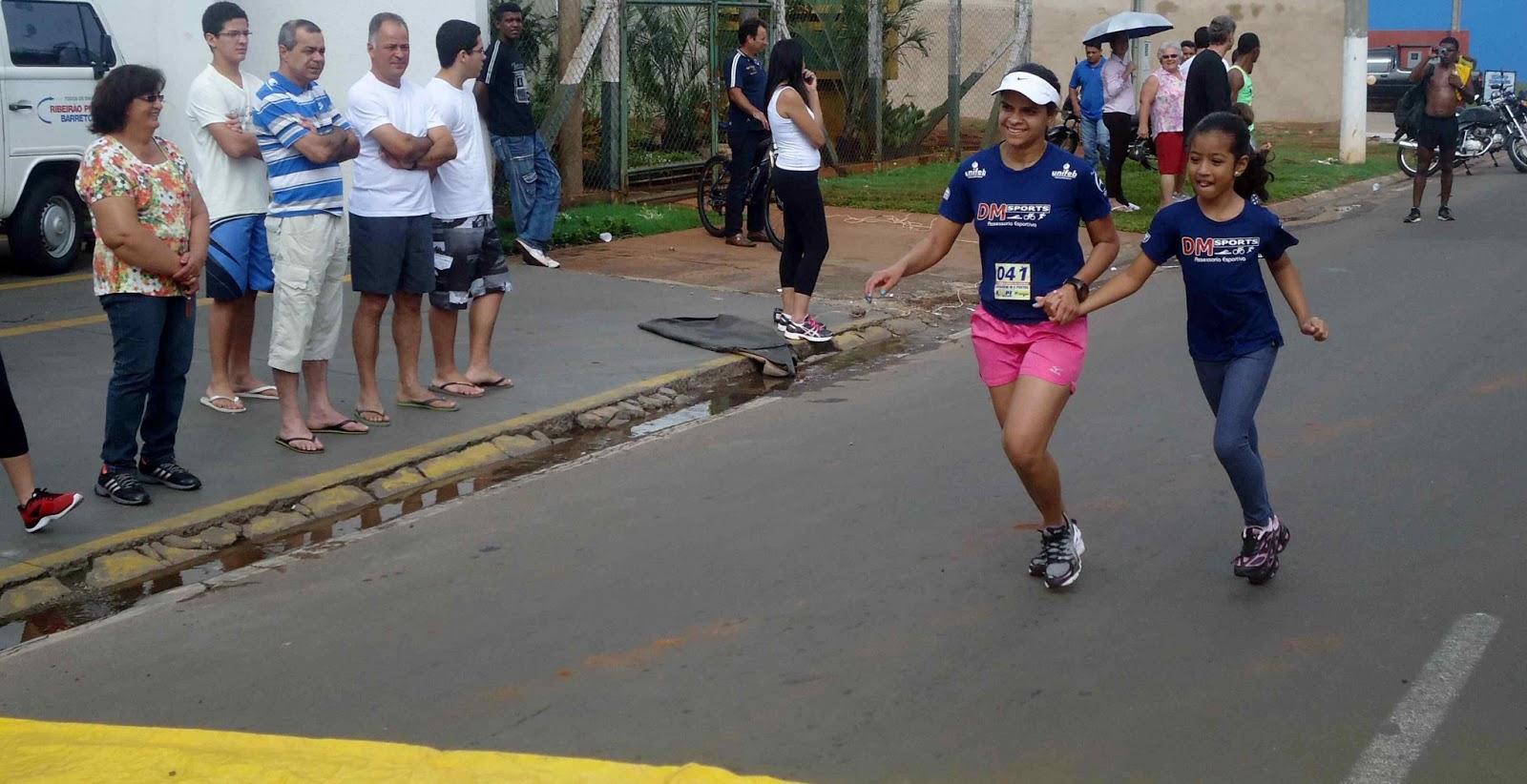 Foto 146 da 1ª Corrida Av. dos Coqueiros em Barretos-SP 14/04/2013 – Atletas cruzando a linha de chegada
