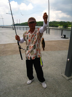 Malabar Grouper also know as Gao Heurr 石班鱼 or Kerapu Caught by Ah Goh weighing 600gm plus at Woodland Jetty Fishing Hotspots was created to share with those who are interested in fishing on tips and type of fishes caught around Woodland Jetty Fishing Hotspots.