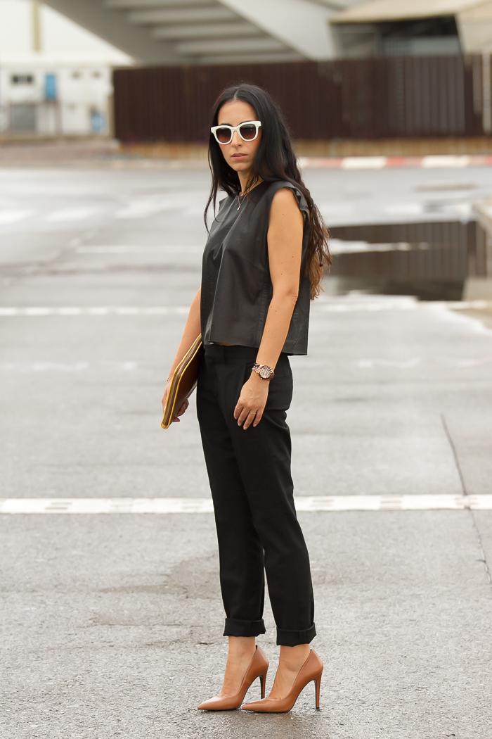 Blogger valenciana con look chic minimalista negro