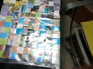 individual con trenzado de papel de revistas