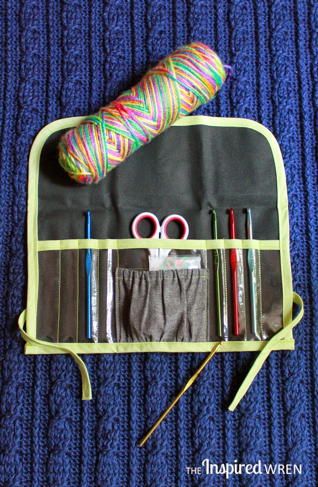 http://theinspiredwren.blogspot.com/2014/08/tutorial-clear-view-crochet-hook-case.html