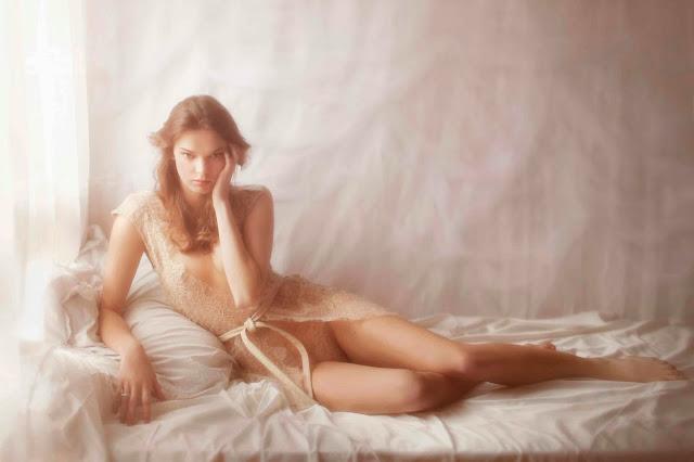 vivienne mok photo sexy femme seins nus dentelle déshabillé érotique