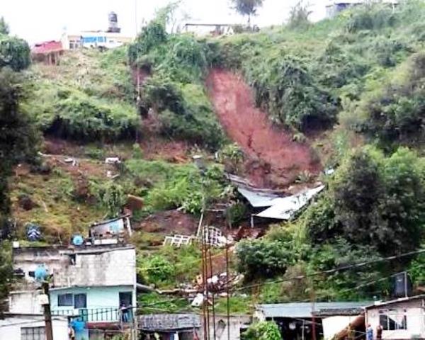 Desalojan a familias por deslaves en Huauchinango
