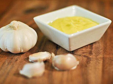 Makkelijk recept om aioli te maken met een staafmixer van knoflook, peper, zout, citroensap en olijfolie