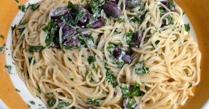 Spaghetti mit Gorgonzola, Kalamata-Oliven und Kräutern