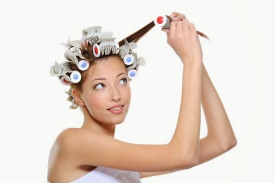 Cabeleireiros ensinam a fazer cachos nos cabelos utilizando bobes